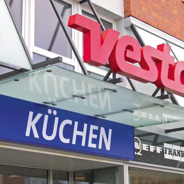 """Leuchttransparent """"Küchen"""" in Bauform Profil 4 und Schriftzug """"vesta"""" in Bauform Profil 5 mit Neon-Ausleuchtung"""