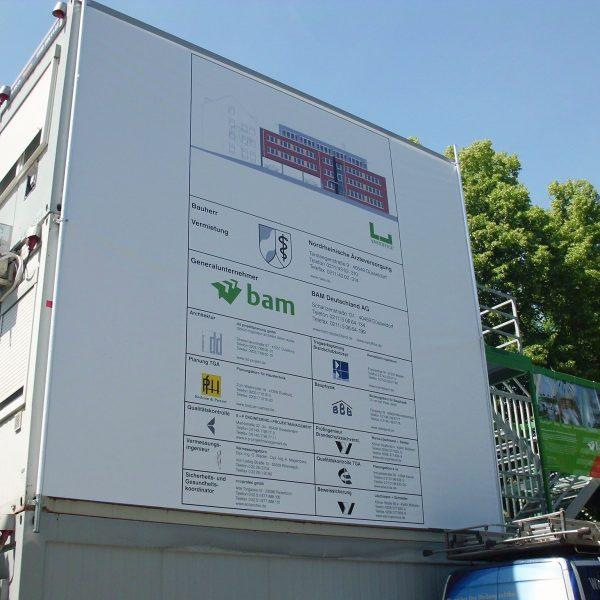 Containerbanner mit Spannvorrichtung (wurde dem Kunden zur Miete überlassen)