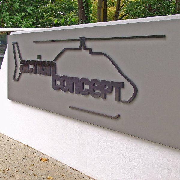 Firmenschild mit Fräsbuchstaben aus 19 mm schwarzem Acrylglas auf gekanteter Aluminiumhaube