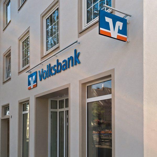 Außenwerbung Volksbank mit Fräsbuchstaben aus 8 mm durchgefärbtem Acrylglas mit dezentem LED-Lichtrohr