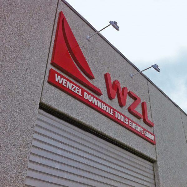 Fassadenlogo in Celle mit 3D-Buchstaben