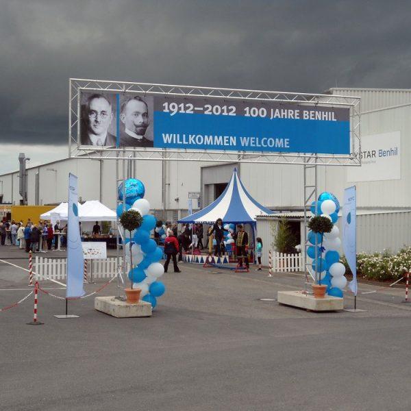 Miet-Schildkonstruktion als Eingangportal für Firmenfeier, Durchgangsbreite 5 m, beiseitige eingespannte Banner 7 x 1,20 m