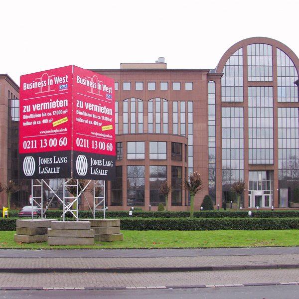 Miet-Schildkonstruktion als Vermietungshinweis für Büroflächen, Aufstellung als Dreiecksschild mit 2 Schildflächen á 3 x 4,50 m